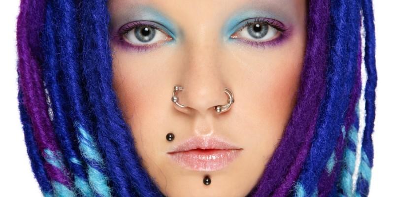 Frau mit lila-blauen Dreads
