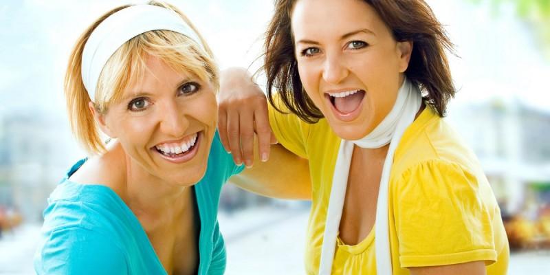 Zwei Frauen mit mittellangem Haar