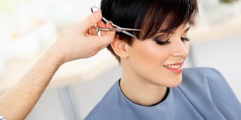 Frau erhält kurzen Haarschnitt