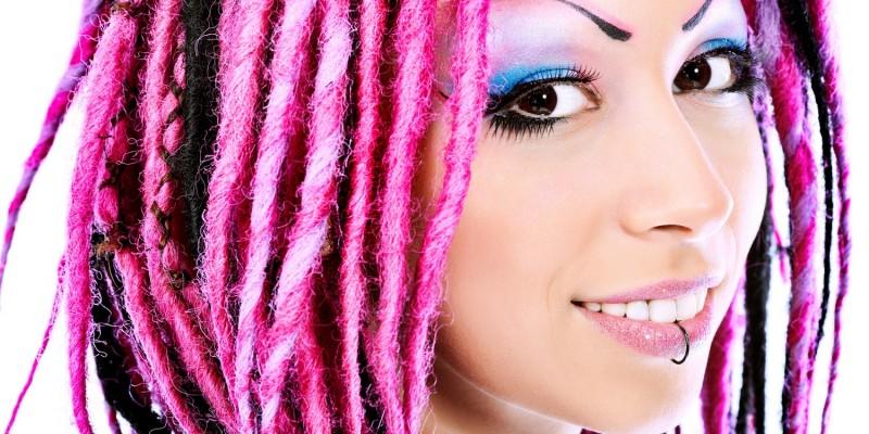 Frau mit pinken Dreadlocks