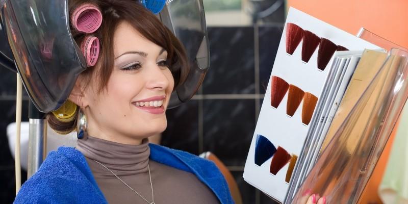 Frau bei der Wahl der passenden Haarfarbe