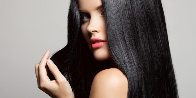 Frau mit langen schwarzen Haaren