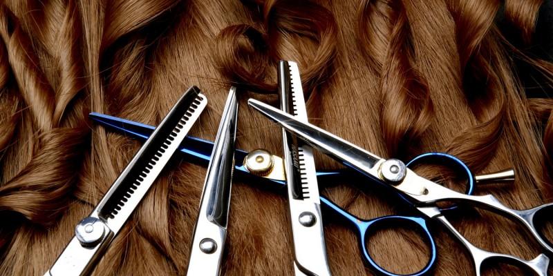 Friseurbedarf auf braunem Haar