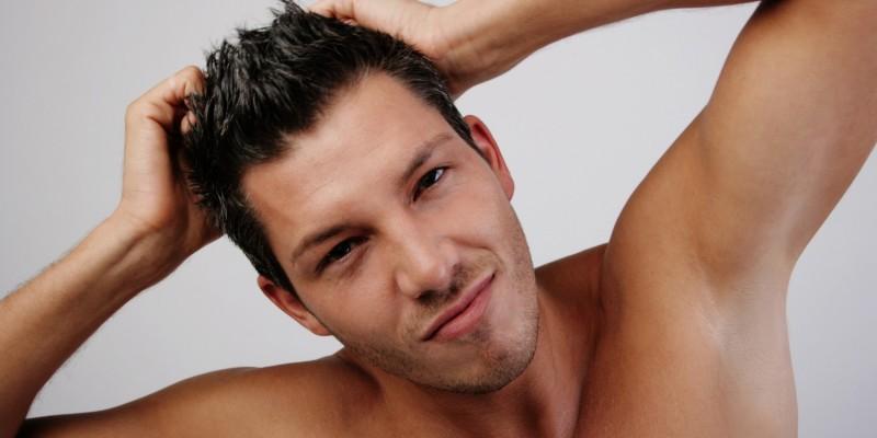 Mann greift sich in die Haare