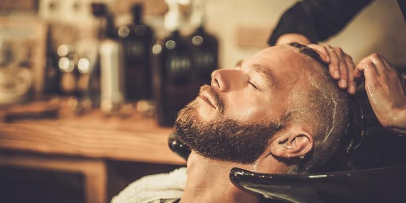 Stylischer Mann beim Barber