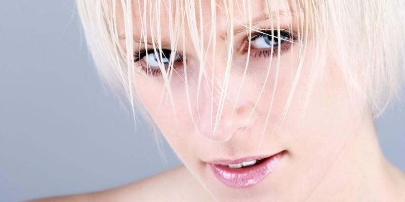 Frau mit blondem Kurzhaarschnitt